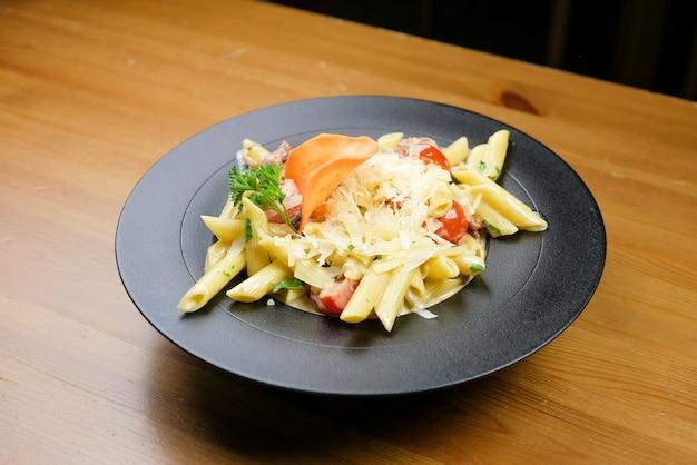 Plat De Pâtes Sur Une Table De Restaurant Photo gratuit