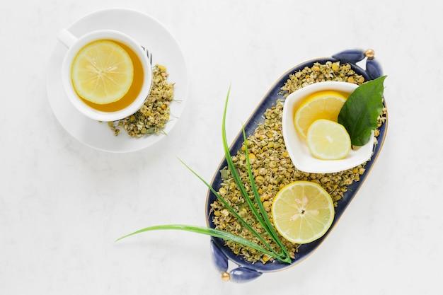 Plat à Plat De Thé Au Citron Et Bol De Feuilles Photo gratuit