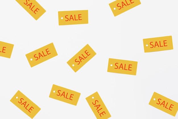 Plat pose d'étiquettes de vente sur fond uni Photo gratuit