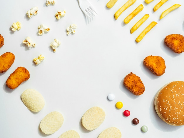 Plat pose de fast food et bonbons Photo gratuit