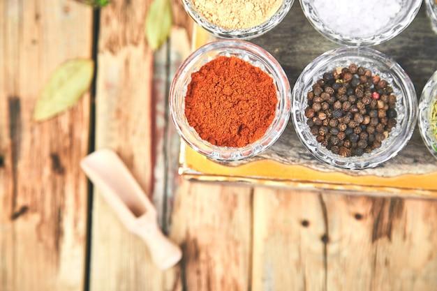 Plat poser d'assaisonnement. assaisonnement d'épices et d'herbes avec frais et séché Photo Premium