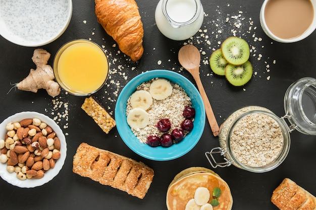 Plat poser l'avoine et les fruits avec. pâtisserie et jus d'orange Photo gratuit