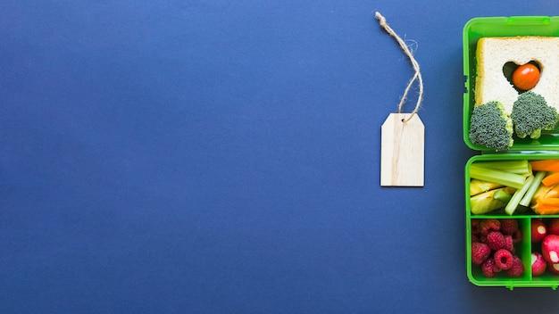 Plat poser de boîte à lunch étiquette libellule Photo gratuit