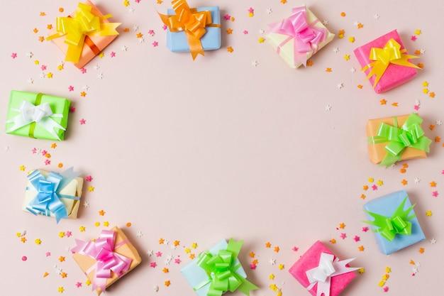 Plat poser des cadeaux colorés sur la table avec espace de copie Photo gratuit