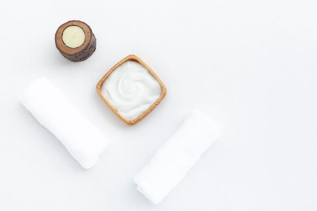 Plat poser de la crème de beurre de corps sur fond blanc Photo gratuit