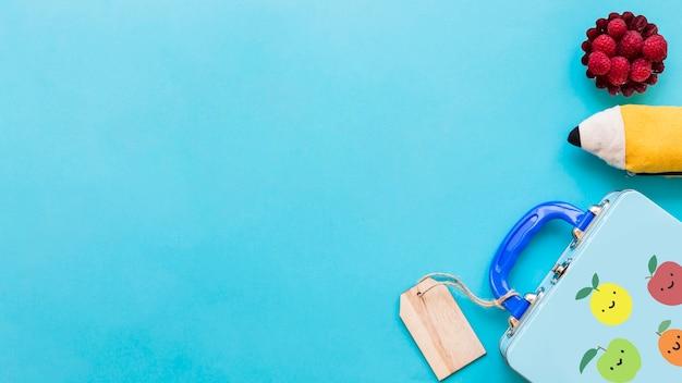 Plat poser des détails de l'école enfant sur la surface turquoise Photo gratuit
