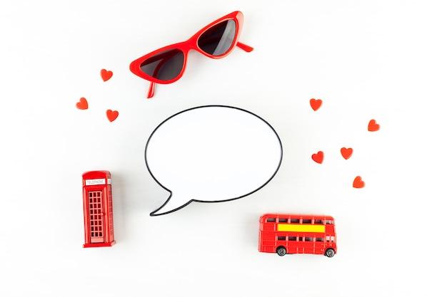 Plat poser avec london phonebooth et boîte à lumière sous forme de bulle de dialogue avec espace de copie de texte Photo Premium