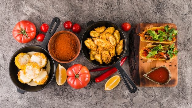 Plat poser de la nourriture mexicaine Photo gratuit