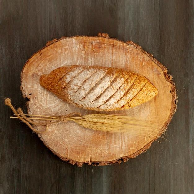 Plat poser pain cuit au four sur planche de bois Photo gratuit