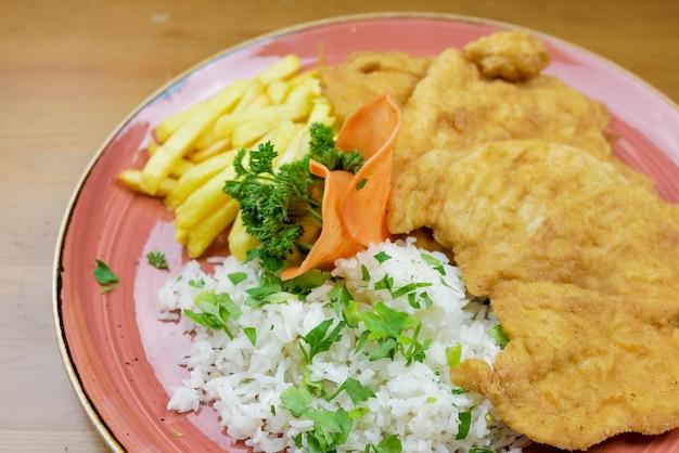 Plat De Poulet Sur Une Table De Restaurant Photo Premium