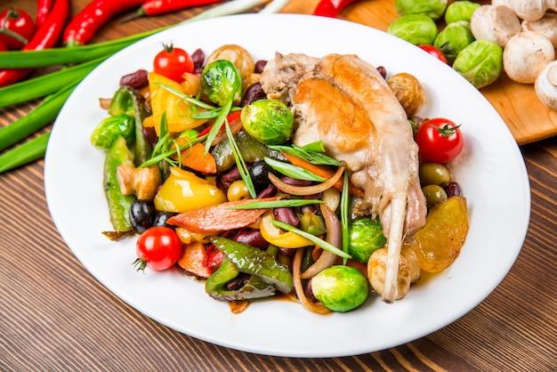 Plat de viande de lapin aux légumes Photo Premium