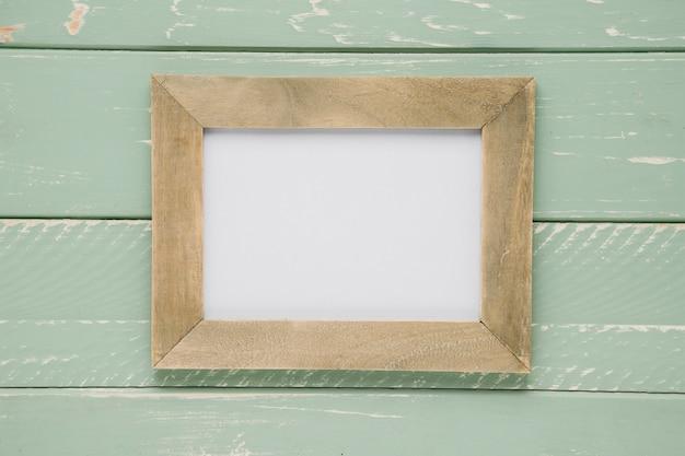 Plat vide cadre vide sur fond en bois clair Photo gratuit