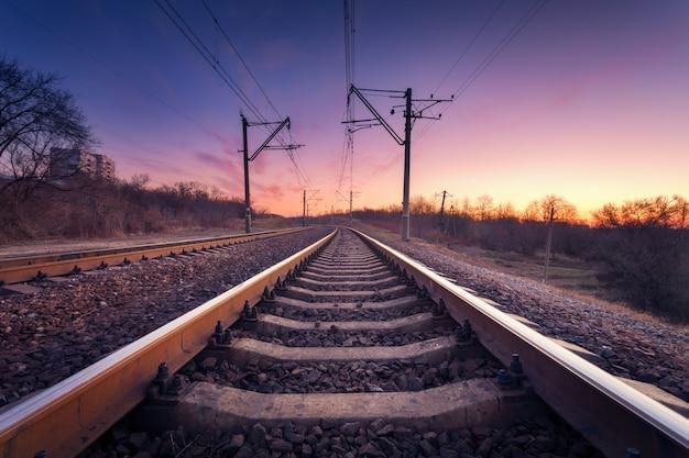 Plate-forme De Train Au Coucher Du Soleil. Chemin De Fer. Gare Photo Premium