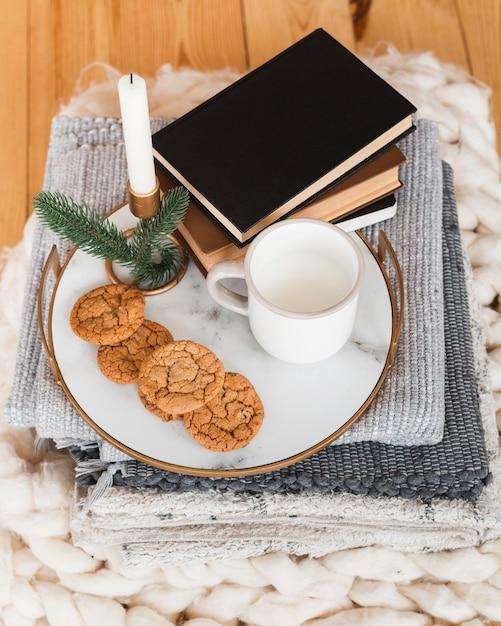 Plateau à Angle élevé Avec Cookied Et Lait Et Pile De Livres Photo Premium