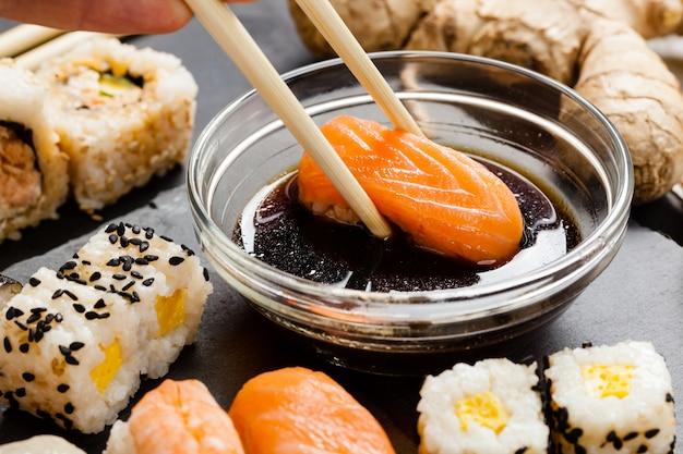 Plateau en ardoise de sushi assortis Photo Premium