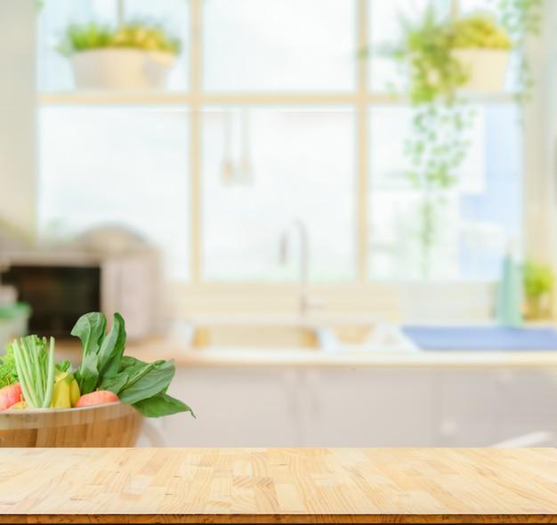 Plateau en bois sur fond de cuisine floue Photo Premium