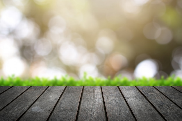 Plateau en bois sur fond flou d'arbres dans le parc Photo Premium