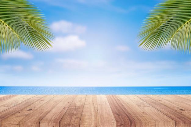 Plateau en bois sur fond de plage floue pour la présentation du produit. Photo Premium