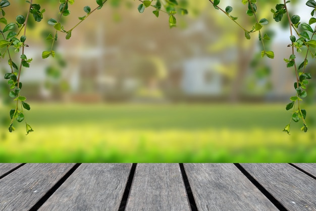 Plateau en bois avec fond vert flou avec des arbres dans le parc avec cadre de vigne Photo Premium