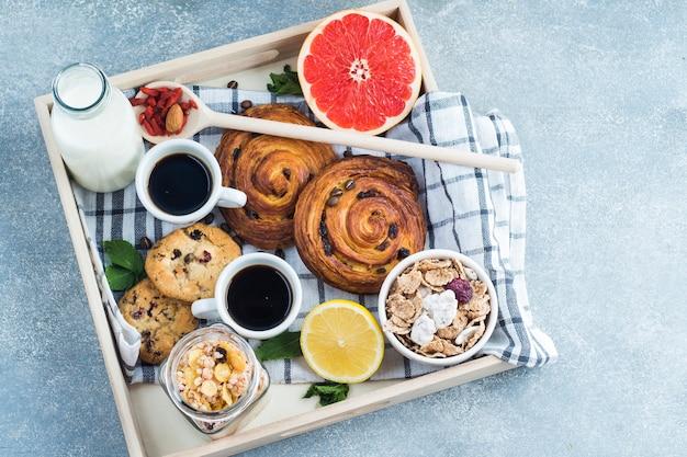 Plateau en bois petit déjeuner sain sur fond de béton Photo gratuit
