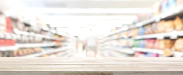 Plateau en bois avec supermarché flou en arrière-plan, bannière panoramique Photo Premium