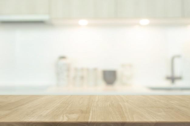 Plateau en bois vide et arrière-plan flou cuisine intérieur avec filtre vintage Photo Premium