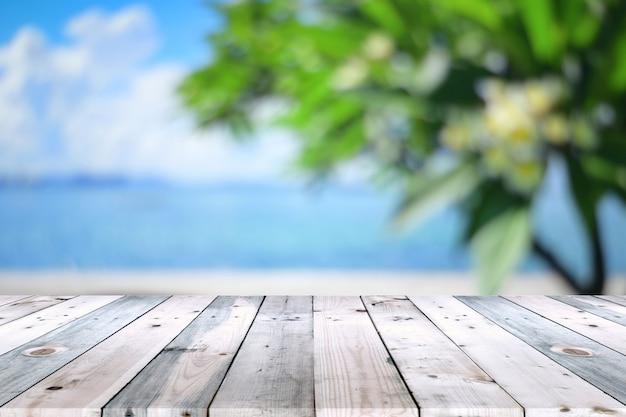 Plateau en bois vide avec une branche d'arbre flou fond Photo Premium