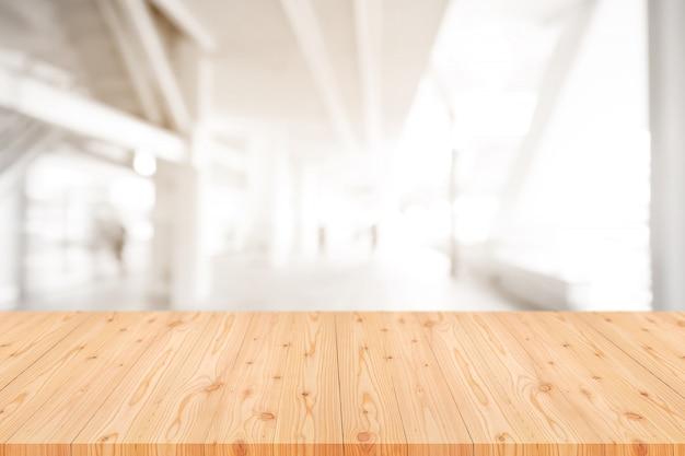 Plateau en bois vide avec floue de café, café, fond de bar Photo Premium