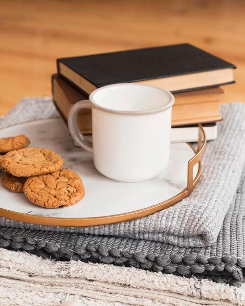 Plateau Avec Cookied Et Lait Et Pile De Livres Photo Premium
