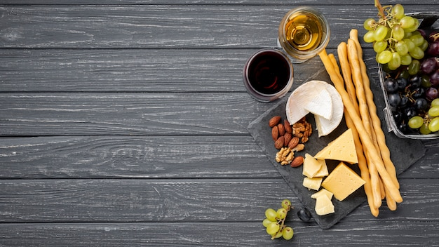 Plateau De Copie Avec Fromage Et Raisins Photo gratuit