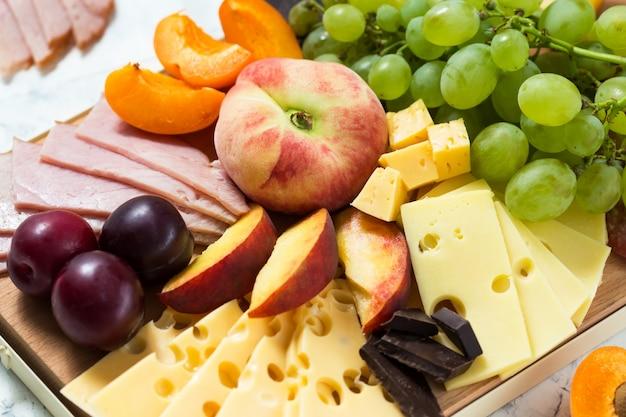 Plateau de fromages avec fruits et viande Photo Premium