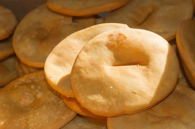 Plateau de gâteaux chauds frits gastronomie argentine Photo Premium