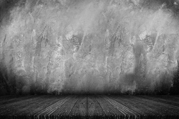 Plateau de table en bois noir vide avec mur de béton grunge Photo Premium