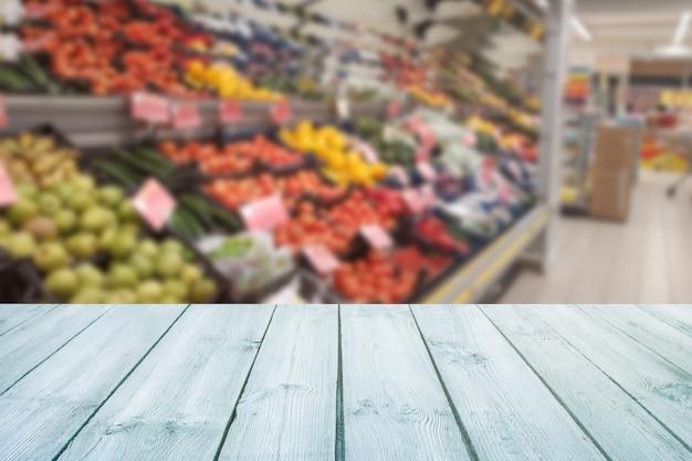 Plateau de table en bois vide sur un fruit flou du marché, boutique. Photo Premium