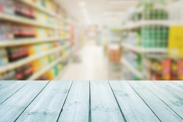 Plateau de table vide en bois sur fond flou de supermarché de fond de compteur. pour le produit de montage Photo Premium