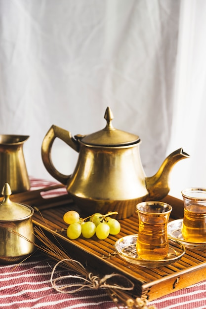 Plateau de thé maure avec des raisins Photo gratuit