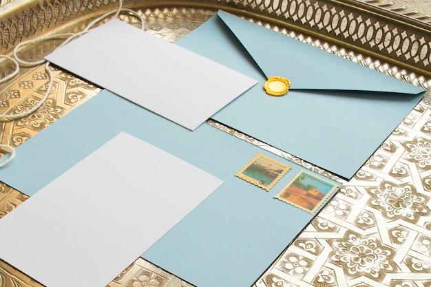 Plateau vintage avec des papiers de couleur Photo gratuit