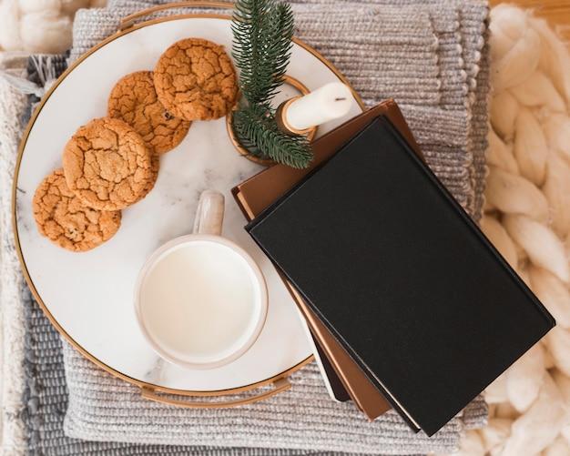 Plateau Vue De Dessus Avec Biscuits, Lait Et Livres Photo gratuit