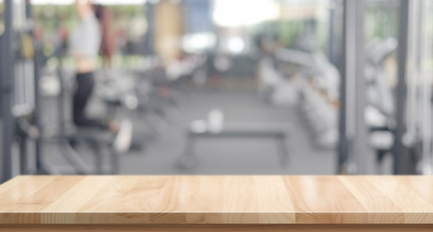Plateforme d'espace table en bois vide et fond de gym fitness Photo Premium