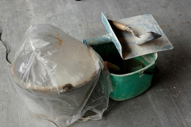 Plâtre de truelle posé sur le sol. Photo Premium