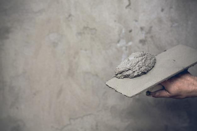 Plâtrier rénovant les murs intérieurs. Photo gratuit