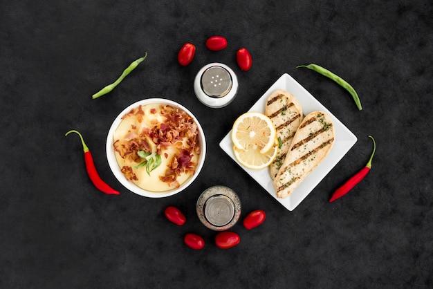 Plats délicieux avec des légumes et des épices Photo gratuit