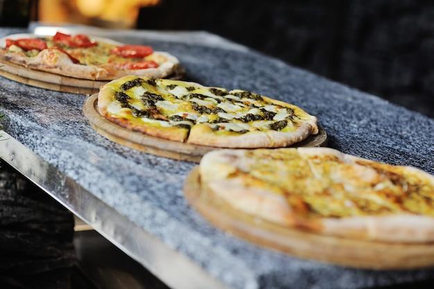 De plats italiens traditionnels - pizza et focaccia Photo Premium