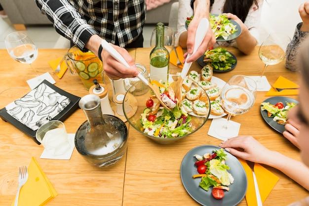 Plats de salade sur table Photo gratuit