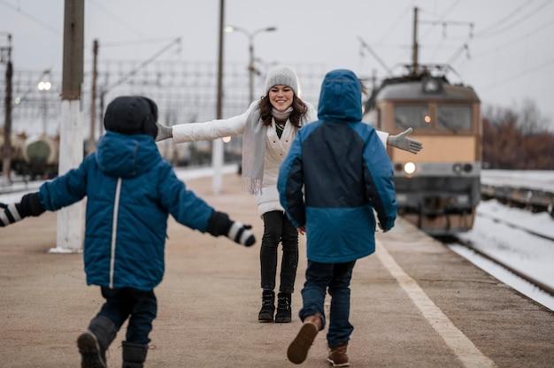Plein Air Femme Et Enfants Photo gratuit