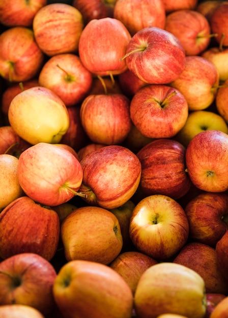 Plein cadre de pomme biologique fraîche au marché Photo gratuit