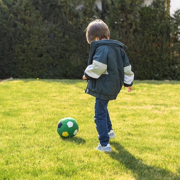 Plein Coup Enfant Jouant Avec Ballon Photo gratuit