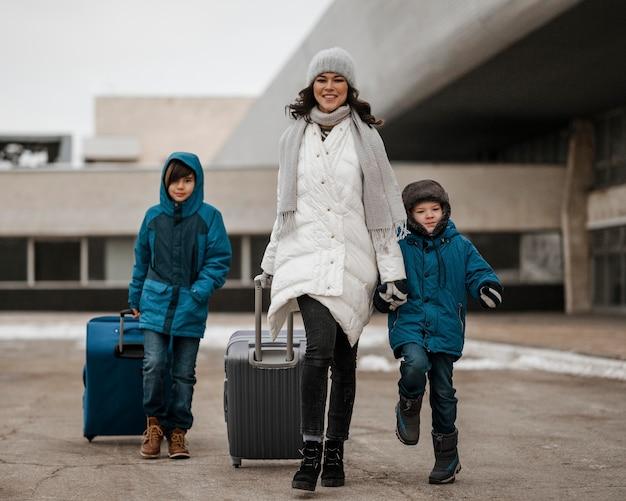 Plein Coup Femme Et Enfants Voyageant Photo Premium