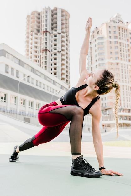 Plein coup de femme faisant de l'exercice Photo gratuit