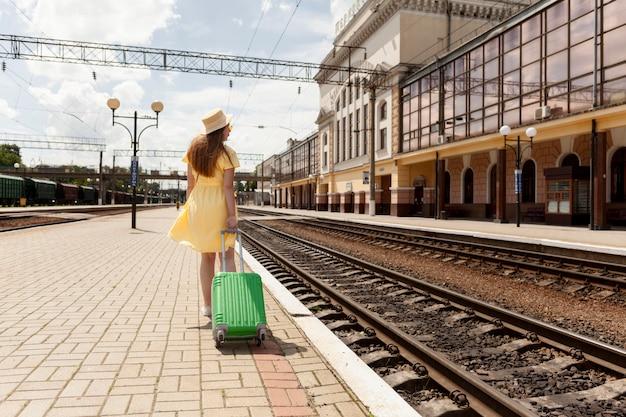 Plein Coup De Femme à La Gare Photo gratuit